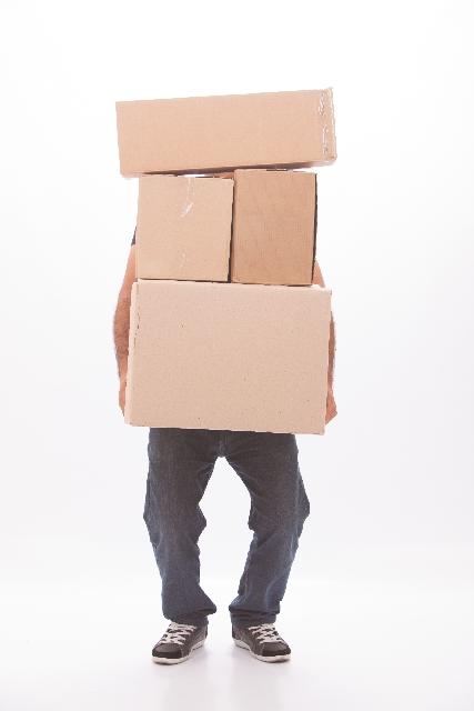 荷物を持つ男性