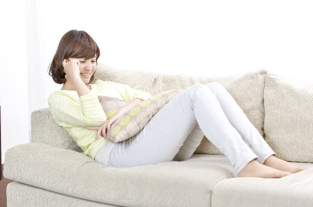 腰痛克服 ソファに座る女性