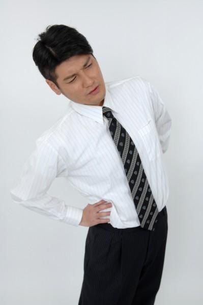 腰痛 ストレッチする男性