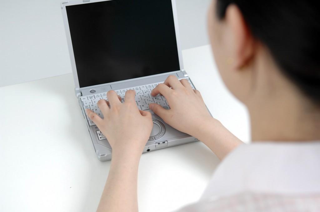 デスクワーク タイピングする女性