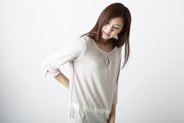 椎間板ヘルニア 腰痛に悩む女性