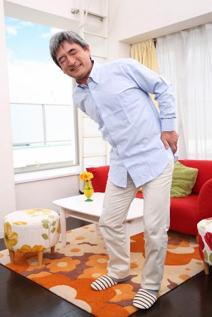腰痛克服 腰の痛みに耐える年輩の男性