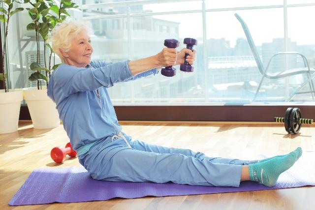 腰痛克服 筋肉を鍛える年輩女性