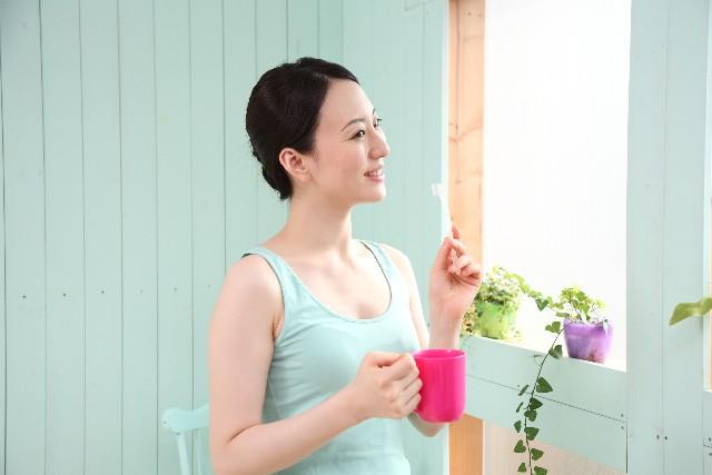 腰痛克服 歯を磨く女性